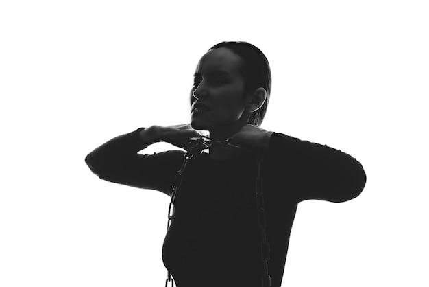 Zwart wit silhouetportret van vrouw met ketting om haar hals