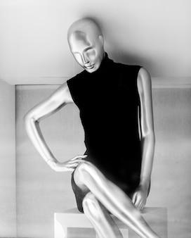 Zwart-wit van vrouwelijke etalagepop in jurk