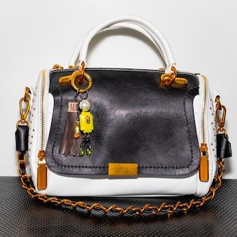 Zwart-witte damestas met accessoires