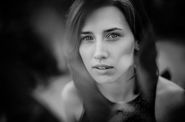 Zwart-witte foto van jonge en mooie vrouw