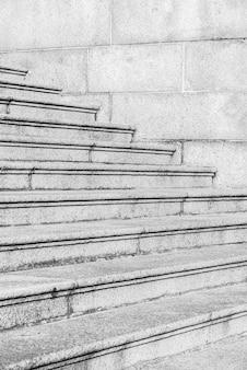 Zwart-witte kleur betonnen trap