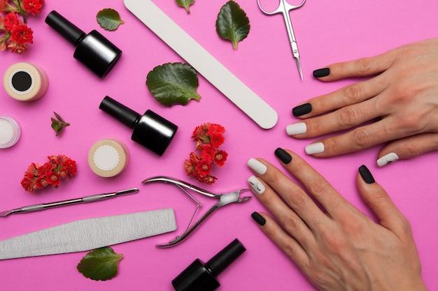 Zwart-witte manicure op de handen van een vrouw