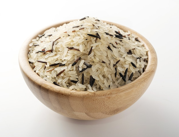 Zwart-witte rijst in ronde houten kom