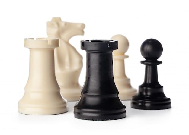 Zwart-witte schaakstukken op witte achtergrond