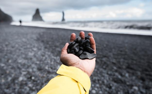 Zwart zandstrand in vik, ijsland
