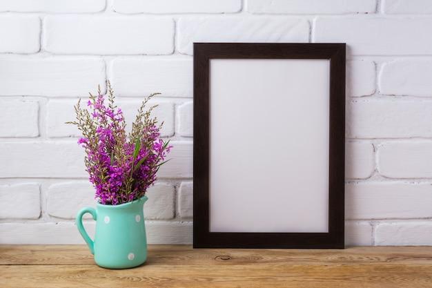Zwartbruin frame met kastanjebruine paarse bloemen in muntkan