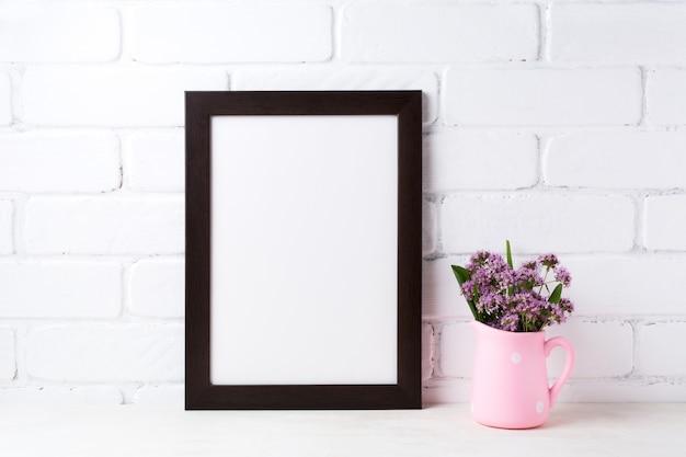 Zwartbruin frame met paarse bloemen in polka dot roze kruik