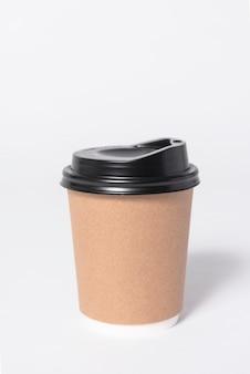 Zwartbruine koffiedocument kop op grijze achtergrond. bespotten voor branding.