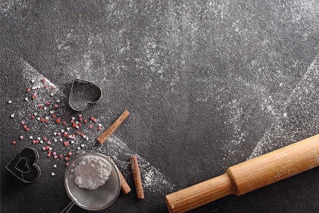 Zwarte achtergrond met keukentoebehoren voor catalogus, menu, recepten met exemplaarruimte