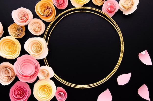 Zwarte achtergrond met schattige papieren bloemen frame
