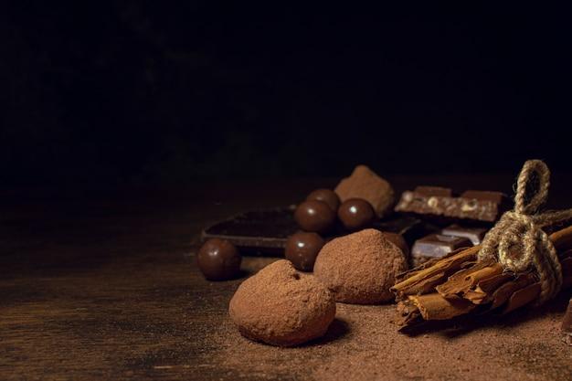 Zwarte achtergrond met verscheidenheid van chocolade