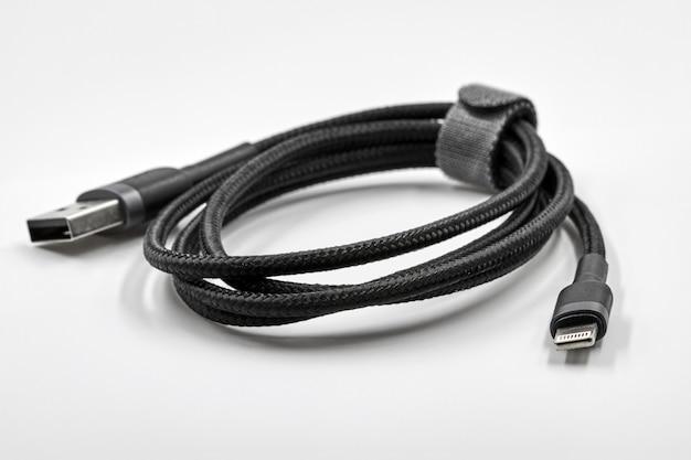 Zwarte adapter usb naar micro usb type c data- en stroomkabel op witte achtergrond. detailopname
