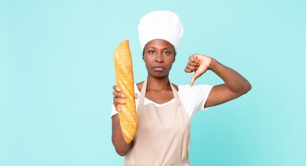 Zwarte afrikaanse amerikaanse volwassen chef-kokvrouw die een broodbaguette houdt