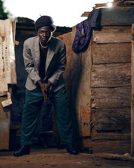 Zwarte afrikaanse man in afrika
