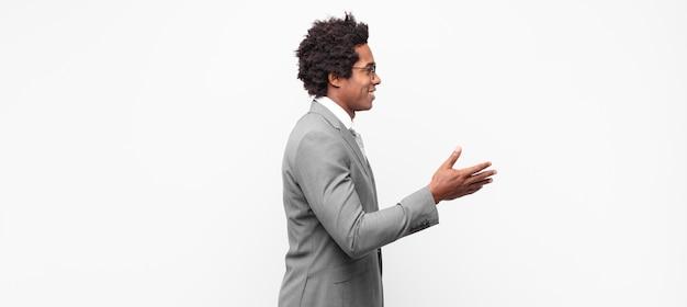 Zwarte afro businessmansmiling, groet u en biedt een handdruk om een succesvolle deal, samenwerkingsconcept te sluiten
