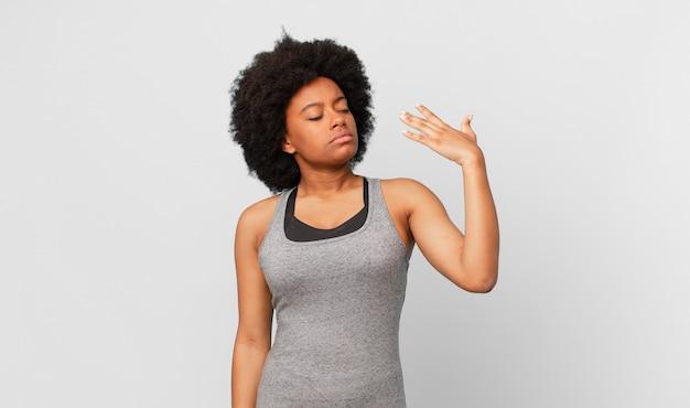 Zwarte afro-vrouw die zich gestrest, angstig, moe en gefrustreerd voelt