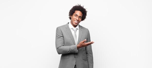 Zwarte afro-zakenman die vrolijk lacht, zich gelukkig voelt