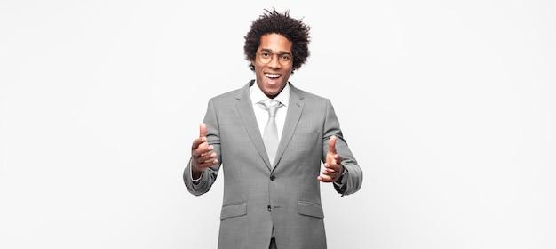 Zwarte afro-zakenman zich gelukkig, verbaasd, gelukkig en verrast voelen, alsof je serieus omg zegt? ongelooflijk