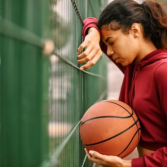 Zwarte amerikaanse vrouw basketbal spelen met kopie ruimte