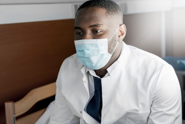 Zwarte arts die masker draagt