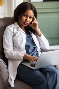 Zwarte arts telegeneeskunde het gebruik van computer- en telecommunicatietechnologieën voor de uitwisseling van medische informatie