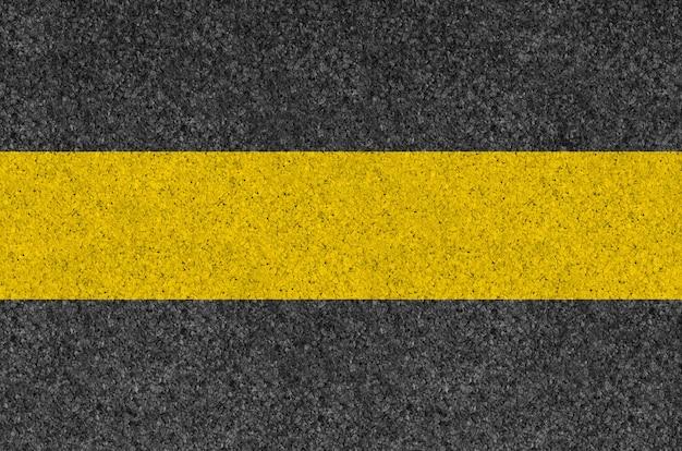 Zwarte asfalttextuur als achtergrond met gele lijn