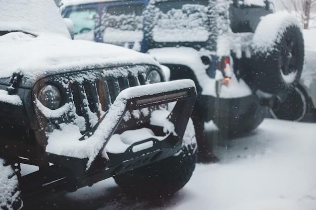 Zwarte auto's bedekt met sneeuw