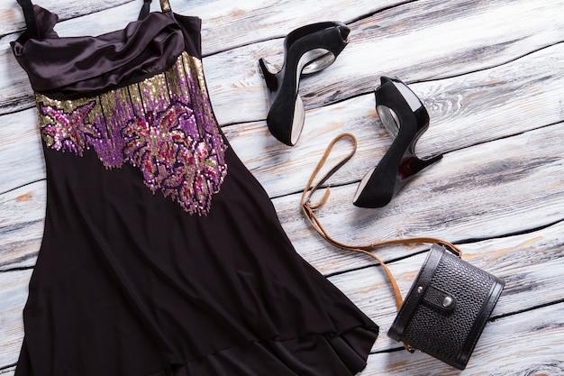 Zwarte avondjurk. donker jurkje met kleurrijke inzet. aantrekkelijke avondlook voor meisjes. kledingstuk van hoge kwaliteit zijde.