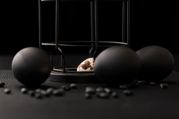 Zwarte ballen op een donkere tafel