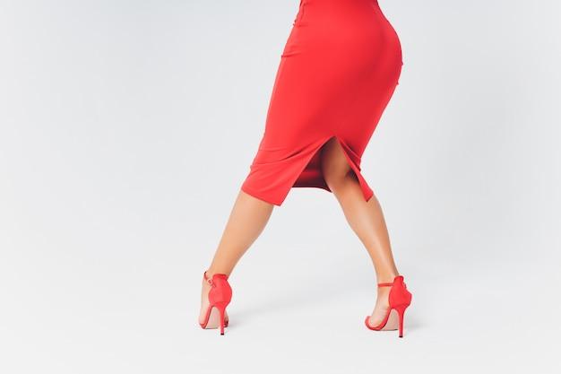 Zwarte beenkappen in het concept van de schoonheidsmanier dat op wit wordt geïsoleerd.