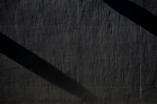 Zwarte betonnen muur met schaduwen