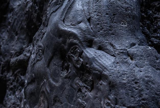 Zwarte bevroren lava van de vulkaan close-up. tenerife