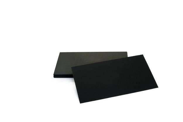 Zwarte blanco visitekaartjes op een wit oppervlak.
