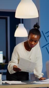 Zwarte boekhouder bezig met financiële rapporten
