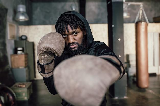 Zwarte bokser punch naar de camera, close-up