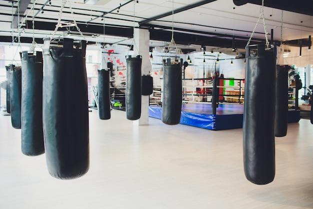 Zwarte bokszak voor boks- of kickbokssport.