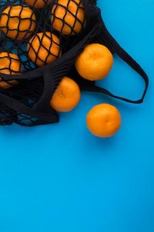 Zwarte boodschappentas met mandarijnen