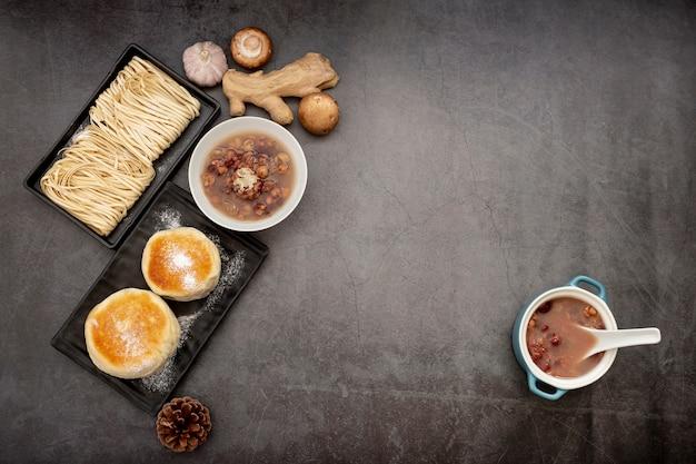 Zwarte borden met noedels en pannenkoeken