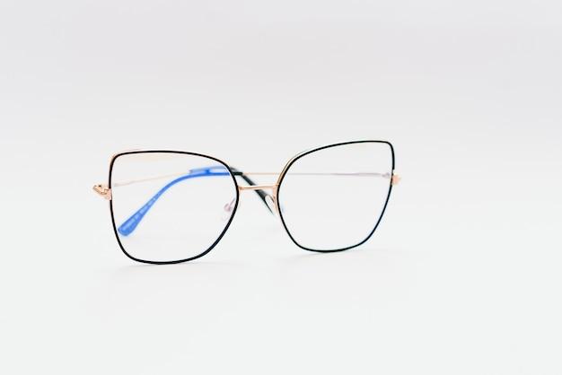 Zwarte bril met witte achtergrond