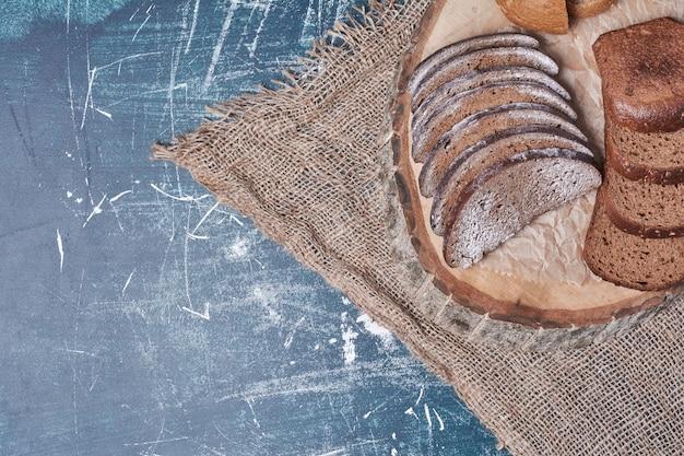 Zwarte broodplakken op blauwe lijst.