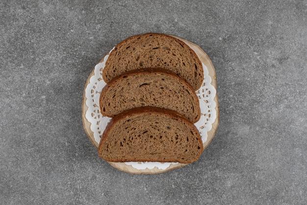 Zwarte broodplakken op houten stuk.