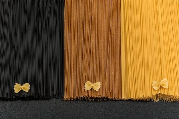 Zwarte, bruine en lichte spaghetti. verschillende soorten italiaanse spaghetti.
