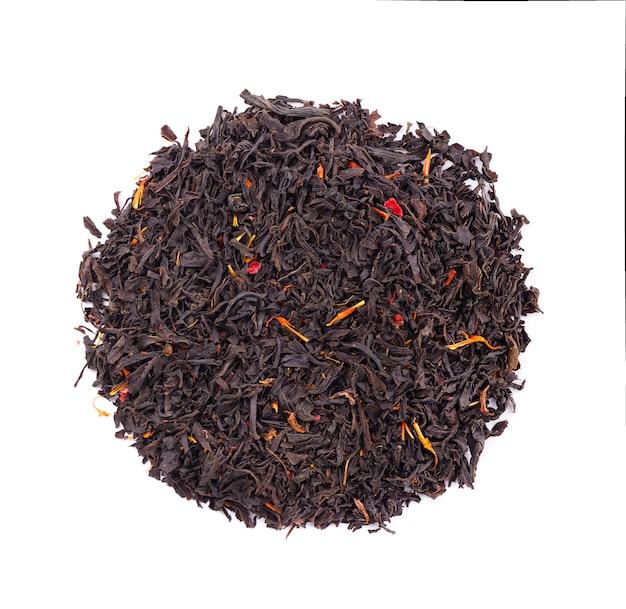 Zwarte ceylon thee met bloemblaadjes en bergamot, geïsoleerd op een witte achtergrond. bovenaanzicht.