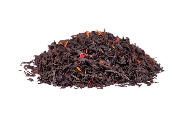 Zwarte ceylon thee met bloemblaadjes en bergamot, geïsoleerd op een witte achtergrond.