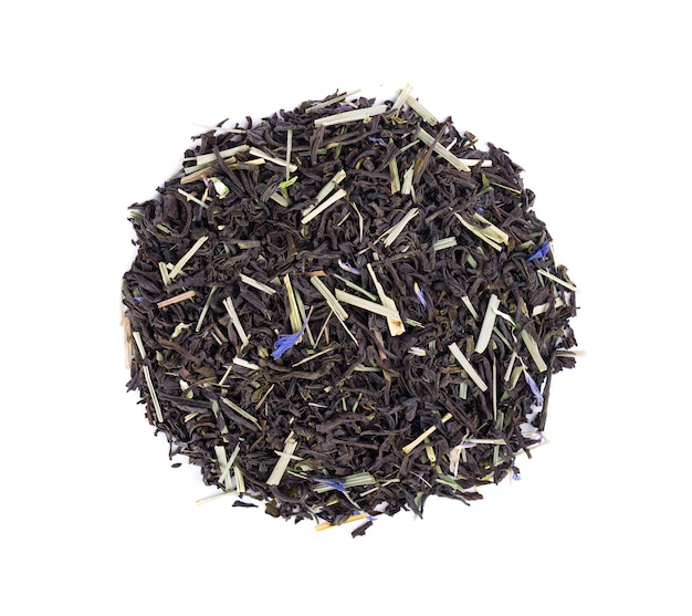 Zwarte ceylon-thee met citroengras en korenbloembloemblaadjes die op een witte achtergrond worden geïsoleerd. bovenaanzicht.