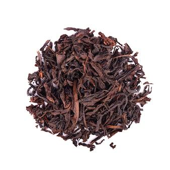 Zwarte ceylon-thee met zuurzak, die op witte achtergrond wordt geïsoleerd. bovenaanzicht.