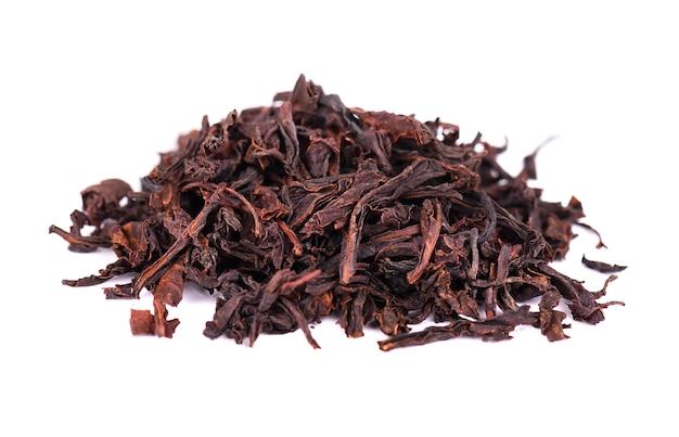 Zwarte ceylon-thee met zuurzak, die op witte achtergrond wordt geïsoleerd.
