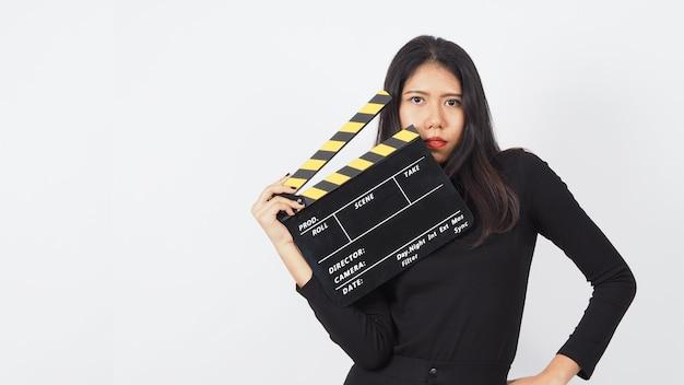 Zwarte clapper board of film clapperboard in aziatische vrouw hand.it gebruiken in videoproductie
