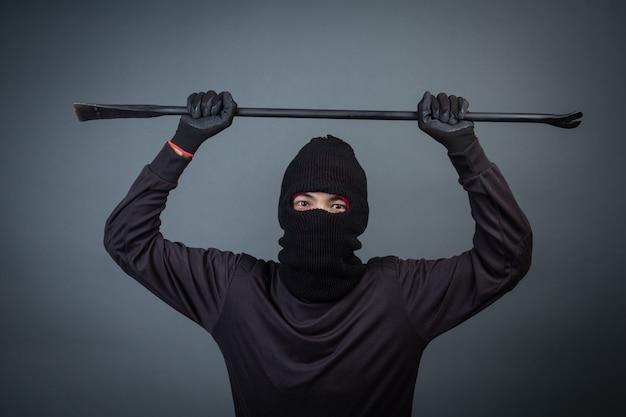 Zwarte criminelen droegen een hoofdgaren op grijs