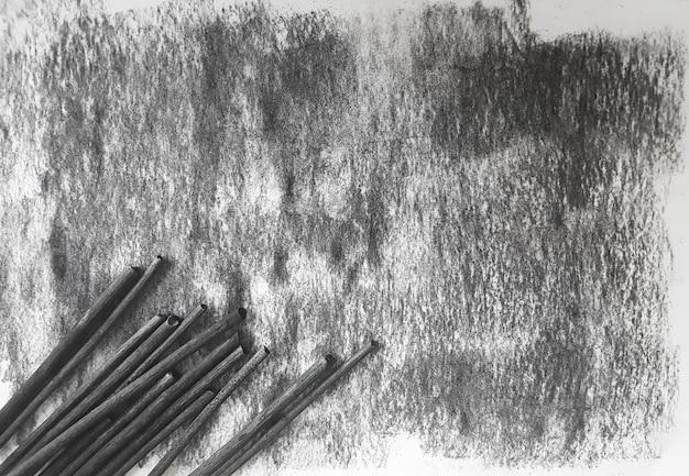Zwarte de inktvel van de grungekool van document achtergrond en kleurpotloden